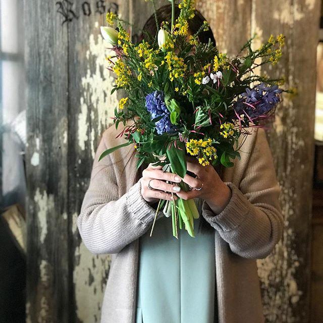 春らしい柔らかな日が差す今日のレッスンには柔らかな雰囲気の中にも凛とした芯を感じられるお2人がお越し下さいました。とても仲の良さそうなお二人ですが、レッスンが始まるとご自身の世界観の中で黙々と花を束ねていく潔さはお隣で見ていてお2人の凛としたお人柄を感じます。香りの良いジャスミンに癒されながら、ふんわりと素敵なブーケを束ねられました。同じ花材を使っているのにお二人の個性を感じることが出来、こちらも刺激を受けます。今日もありがとうございました!来月もお待ちしております◎ #cerise#degas#flower #flower lesson#フラワーレッスン#けやき通り