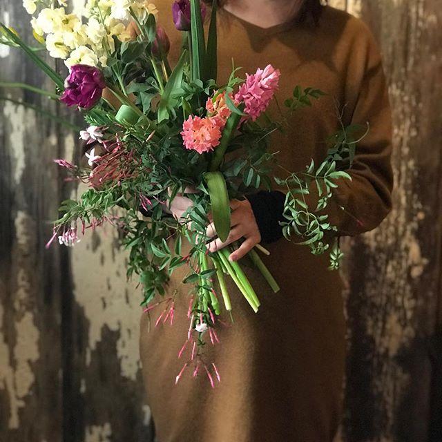 今日も清々しい時間ゆるりと流れたcerise lessonでした。お花を束ねるのは初めて、との事で、慎重にテーブルの上でお花の立ち位置を確認しながら丁寧にイメージを形になさっていました。出来上がってみると初めてブーケを作ったとは思えない、勢いのある素敵なブーケが出来上がりました。今日は菜の花が市場になく、フリージアで対応させていただきました。ありがとうございました!遠くから足を運んでくださる事に深く感謝しております。また来月もお会いできることを楽しみにお待ちしております。お身体お大事になさってくださいね。