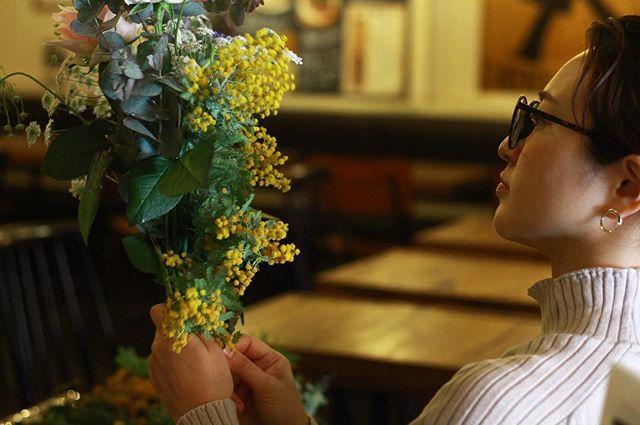3.21(Thu.)「ミモザのブーケ」(1)..ブーケレッスンはミモザに他のお花も絡めて。難しい、とこぼされながらも、お二人とも笑顔は絶えなくて、時々グッと真剣な表情でお花に向き合ってらっしゃるのにドキドキしました。一つ一つのお花の顔が大きく、なかなか作りにくい花材だったかもしれないですが、お二人ともとっても上手に仕上げてくださいました。..#mimosa #ミモザ #flowerlesson #cerise #rosarosa #警固 #natural #swag #dryflower