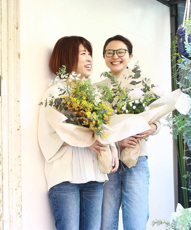 3.21(Thu.)「ミモザのブーケ」(2)..お二人の笑顔があんまり眩しくって、ミモザが本当にお似合いだったので、おまけに。ありがとうございました。またぜひ、遊びにいらしてくださいね。..#mimosa #ミモザ #flowerlesson #cerise #rosarosa #警固 #natural #swag #dryflower