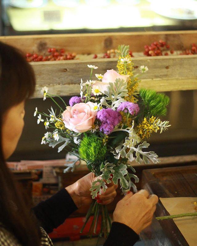 3.28(Thu.)/3.30(Sat.)「ミモザのブーケ」(2)..土曜日は常連様お二人、初めての方が午前と午後にお一人ずつ。.午前の部ではお会いする度なんだか安心できる常連様方と、初めての方。お花のレッスン自体が初めてだそうで、鋏を握ってどうしようどうしよう、と首を傾げてらっしゃるお気持ちが本当によくわかりました。スパイラルのご説明になると皆さんじっと身を入れて聞いてくださって、その集中力の賜物か、ほとんど直すところもなく上手に仕上がりました。前回のレッスンの器をこんな風に使っています、なんて小噺も嬉しくって。温かい時間でしたね。.午後の部も初めての方。ご実家の周囲に野花が多く咲いているので自分で束ねられるようになりたい、という素敵なきっかけで来てくださいました。そういうお話は、レッスンのデザインを考える上でとってもとっても参考になりますので、「こんなのがしてみたい」というご連絡もお待ちしてます。初めてでしたがスパイラルもお上手で、お花に真摯に向き合った可愛い花束ができましたね。皆さんお疲れ様でした。またぜひ、遊びにいらしてくださいね。.今年はミモザの開花が早く最後まで花材をご用意できるか不安でしたが、本当に良かったです!ご協力くださった全ての皆さんと、全てのミモザと、全ての生徒さんに感謝です。..#mimosa #ミモザ #flowerlesson #cerise #rosarosa #警固 #natural #swag #dryflower