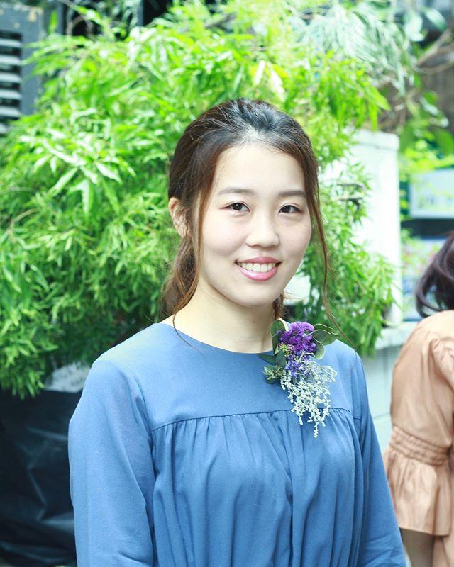 5.14(Tue.)&5.18(Sat.) ..5月もあっという間に終わりに近づいていますね。今月も愉しいレッスンをありがとうございましたー!ワイヤリングのレッスンも明日でラストです。日本でお仕事をされている韓国女性がご参加くださったり初めての方が来てくださったり。今月も新鮮な気持ちで皆さんの手が作品を仕上げるご様子を拝見しておりました。1枚目の女性は何度かご参加いただいている方でいつもご自分の感性に響くものをこだわって手に取られ作品を作ってくださいます。今回もお洋服によく似合われるブローチを。ありがとうございました!2枚目は韓国の女性の作品。日本で建築デザインの関係のお仕事をされているそうでとてもさっぱりされていて素敵な女性でした。私の拙い教え方でもスルスルと理解してくださってあっという間に素敵なブローチが。少ない材料で仕上げられたので蕾の芍薬を一輪お包みして差し上げたところ嬉しそうにお顔を綻ばせて大切そうに持って帰られました。またお会いできるのがとっても楽しみです。ありがとうございました。#cerise #barrosarosa #警固 #福岡 #flowerlesson #dryflower