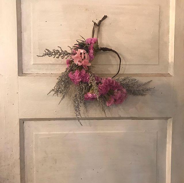 今日で5月も終わりますね。今月も沢山のレッスンご参加ありがとうございました!来月は紫陽花を使ったレッスンです。徐々に強くなる日差しを浴びる紫陽花も、しっとりと雨の雫に濡れる紫陽花もこの時期には欠かせない人気のお花です。ご自宅の生活に紫陽花を連れて帰って頂きたいです。ぜひ遊びにいらして下さい。お待ちしております。#花のある暮らし #flower #cerise#degas#紫陽花#dryflower #flower lesson#barrosarosa