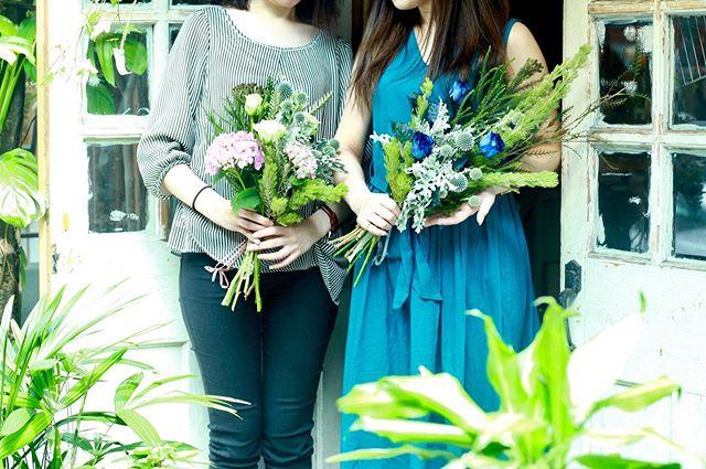 6.22(Thu.)「スワッグ」..お友達お二人でご参加。以前ミモザでスワッグを作られて、違うお花で今回もとご参加くださいました。薔薇もいくつかご用意していたところ、お一人は青い薔薇を生かすスワッグを。お一人は紫陽花でコロンとしたブーケタイプのスワッグを選ばれました。難しい〜と仰いながらもちゃんとこだわりを持ってくださっていて、私だったらこうすると思いつつも、そのこだわりも生かしたい…どうしよう…と終始葛藤しました。お話していてとても愉しくなる明るいお二人のおかげで、とてもリフレッシュできる時間となりました。ありがとうございました!またお気軽に遊びにいらしてくださいね。お疲れ様でした!.#cerise #barrosarosa #警固 #スワッグ  #紫陽花  #flowerlesson #natural #antique