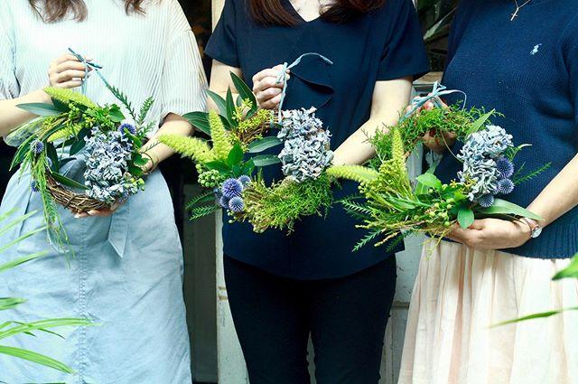 6.29(Thu.)「紫陽花のリース」..午前の部はいつも来ていただくお三方で。しっかり作られたいとのことでしたので紫陽花はドライを使って。いつもは和気藹々とお話しされながら作られていますが、今回はとてもみなさん真剣なご様子でした。ぴょこぴょこしたアワが、とっても可愛い仕上がり。今年は毎月リースを取り入れてるので、以前より作り慣れて来られた感じですね!また次回お会いできるのを、またお庭などのお話をお伺いできるのを心より楽しみにしております。いつもありがとうございます、お疲れ様でした!.#cerise #barrosarosa #警固 #リース  #紫陽花  #flowerlesson #natural #antique