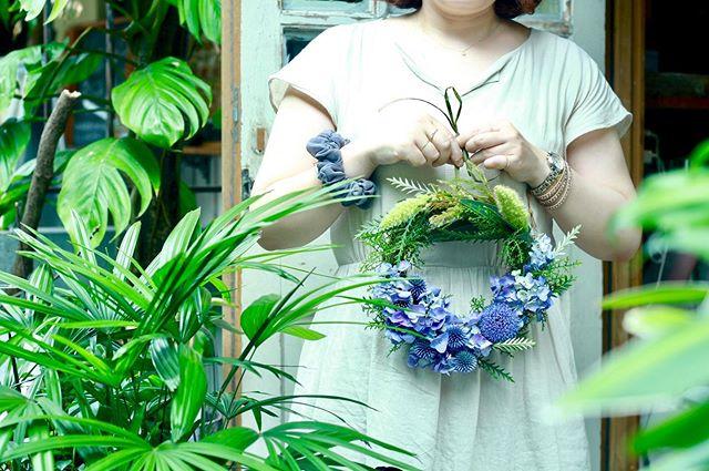 6.30(Thu.)「紫陽花のリース」.紫陽花のラストレッスンはフレッシュで。朝の静かな店内ではさみがパチパチ鳴いているのが気持ちよかったです。個人的には植物を触るなら朝だなーと思います。以前も来てくださっていた方で、こちらは殆ど手を入れることなくスムーズに仕上げてくださいました。遠目にちらりと見たときにもお花を触りながら微笑んでらっしゃる感じが可愛らしかったです。貴重なお休みにお時間を割いてくださりありがとうございました!また遊びにいらしてくださいね。お疲れ様でした!.#cerise #barrosarosa #警固 #リース  #紫陽花  #flowerlesson #natural #antique