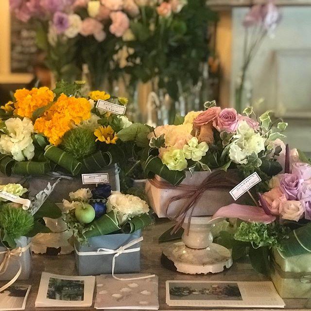 蒸し蒸しムンムン暑いですね。雨が降るのかな。ceriseでは、店内にお花揃えてお待ちしております。#cerise#degas#flower #flower shop