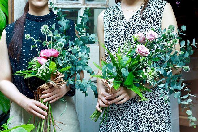 8.1(Thu.)「スワッグレッスン」.ご友人お二人で。お花のレッスンは初めてとのことでしたが、スパイラルもすぐ覚えてくださりスムーズに仕上がりましたね。切り方や配置にもそれぞれ違いが出ていて面白かったです。綺麗にドライになってくれる花材だと思うので、お家で風合いの移り変わりを楽しんでいただけていると、嬉しいです!茎が細くなってくるので、ドライになってきたらキュッと締め直してあげるといいかと思われますお二人とのお話もとても楽しい時間でした。ありがとうございました!.#cerise #barrosarosa #警固  #スワッグ #ドライフラワー #flowerlesson #natural