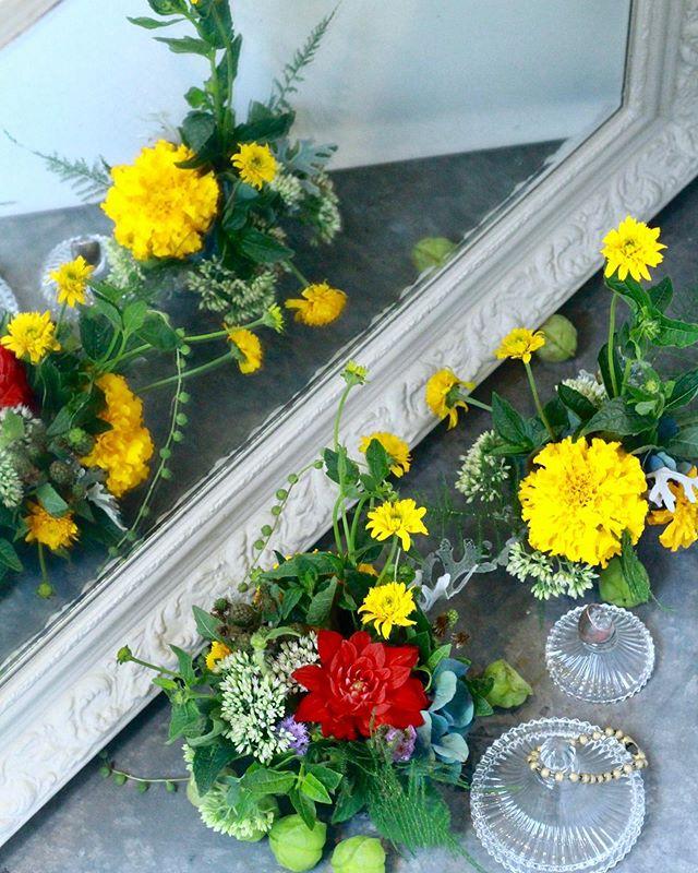 9月のレッスン「鏡台」..1 lesson ¥3,500-(見本は¥4,000)「小物と小花入れのアレンジ」「鏡のリース」.お知らせが遅くなってしまいました。メールなどでお問い合わせくださった皆様ありがとうございます9月は鏡台をテーマに、アクセサリーなどを飾れそうなガラスの小物入れ二つにオアシスを詰めて作るアレンジと、鏡の周りにドライフラワーになりそうな花材を飾り付けるリースを作ります。オアシスを使うレッスンがかなりご無沙汰なことに気付き慌てて取り入れました。アレンジメント作りたいなーという方はぜひご参加くださいませ️ご予約、お問い合わせお待ちしております。.9/3(火)11:30-9/5(木)11:30-9/7(土)14:00-9/10(火)11:30-9/12(木)11:30-9/14(土)14:00-9/17(火)11:30-9/19(木)11:30-9/21(土)14:00-9/24(火)11:30- 9/26(木)11:30-9/28(土)14:00-..※上記の他にご希望の日時がある方は随時ご相談ください。..#cerise #barrosarosa #警固 #フラワーレッスン