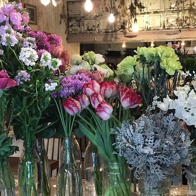週の真ん中の木曜日。今日は寒い1日ですね。けやき通りもコートにマフラー巻いて皆さん寒そうです。そんな中、ceriseでは春のお花が沢山届いています。可愛くってたまりません。皆さんも、一足早く春を家に連れて帰りませんか?可愛いムスカリも入荷しております。 #cerise#dega#ロッサロッサ#flower #flower  arrange#レッスン