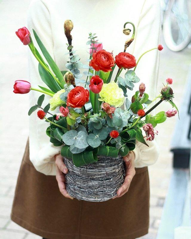 """January lesson """"赤""""..1月のレッスンのご様子をちらりと。今月はバリエーションがあってとても面白かったです。ご自宅から花器を持ってきてくださった方は沢山花瓶があるけど使い方が分からなくて、と。高さや口の大きさ、デザイン、質感などによって合うお花が変わってきますよね。来月はまた違うのを持ってきます!とのことなのでとても楽しみです。アレンジを作られた方々はチューリップが伸びた後を考えて作るのが難しかったですね。素材を生かしてひとつひとつ大切に活けてくださったのでお花たちも気持ちがよさそうです。リースを作ってくださったお二人と壁飾りを作ってくださった生徒さんは頭の中にあるイメージを具現化するのに苦戦されていましたね。こんな風に使っていただくように、とご用意していたお花が自分では思いつかない飾り方をされたりするのはとても刺激的で、わくわくします。来月も楽しみにいらしてくださいね。いつもありがとうございます。 ..#cerise #flowerlesson #警固 #barrosarosa #チューリップ #春のお花"""